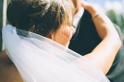 Hochzeitspaar tanzt gemeinsam