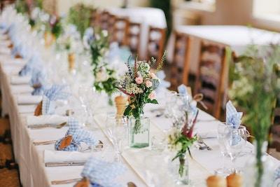 Tafel bei Hochzeitsfeier
