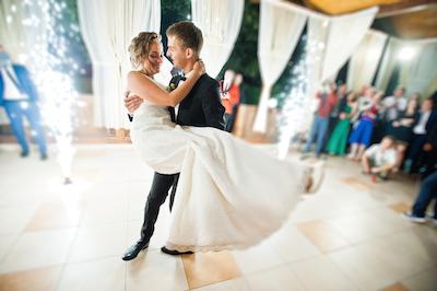 Brautpaar tanzt zur DJ Musik bei Hochzeit